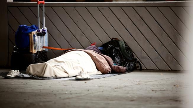 Člověk bez domova při spánku (ilustrační fotografie)