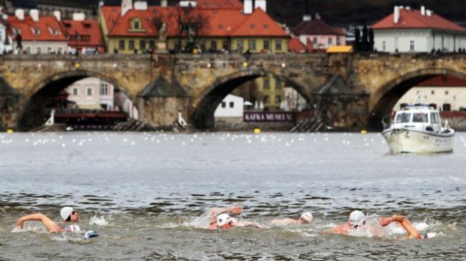 Otužování ve Vltavě (ilustrační fotografie)