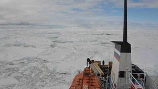 Uvízlá ruská loď Akademik Šokalskij