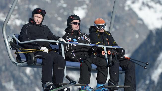 Vladimir Putin (vlevo) při dnešním lyžování