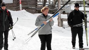 Merkelová před pádem na běžkách