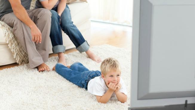 Dítě sleduje televizi