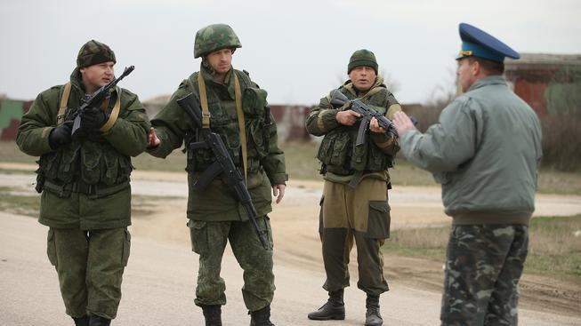 Krym, 4. března 2014. Ukrajinský voják rozmlouvá s ruskými okupanty