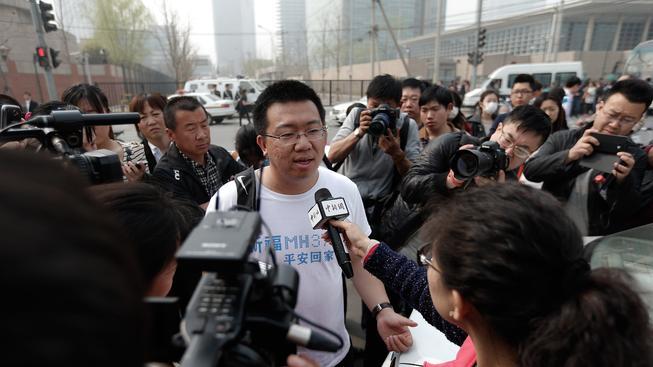 Příbuzný cestujícího ze zmizelého letadla hovoří s novináři