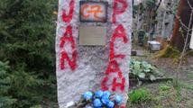 Kontroverzní pomník okupantům na Olšanech někdo postříkal červeným sprejem