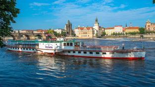 Parník plující po Vltavě