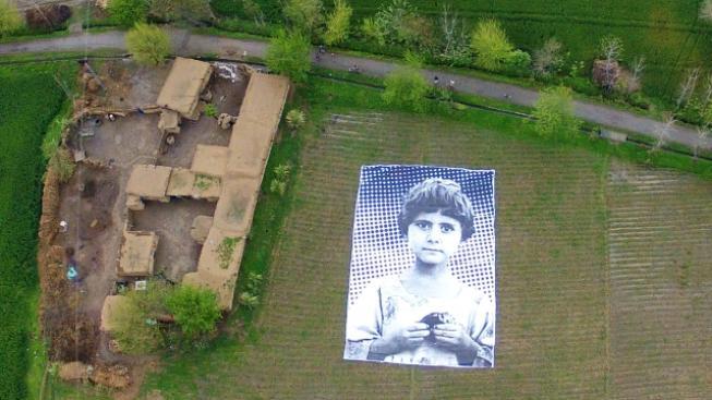 Skupina pákistánských umělců obří instalací na poli upozorňuje na oběti náletů amerických dronů