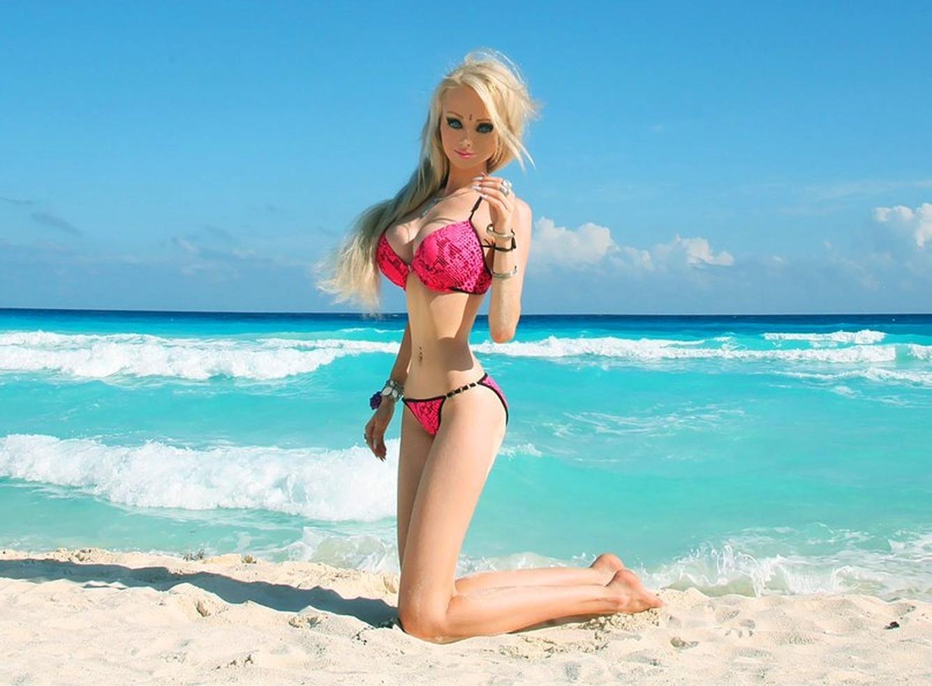 Živá Barbie je pěkná rasistka a navíc nesnáší feminismus