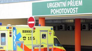 Nemocnice nechtějí přijímat pacienty v akutním stavu, říkají záchranáři