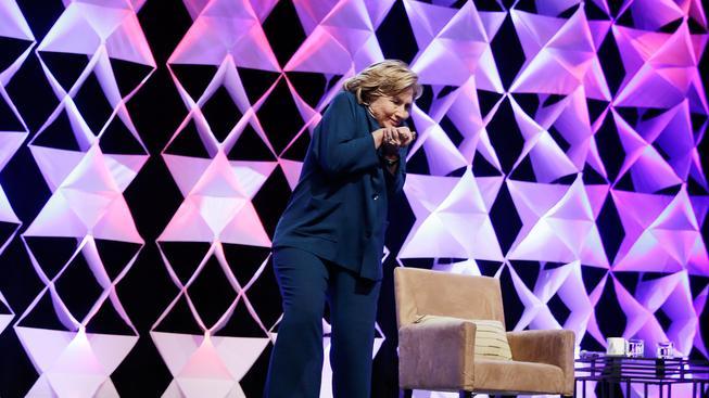 Americká exministryně zahraničí Hillary Clintonová šikovně uhnula před letící botou