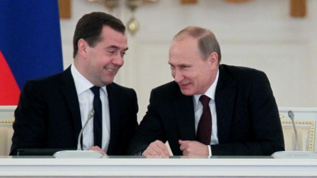 Ruský premiér Dmitrij Medveděv a prezident Vladimir Putin