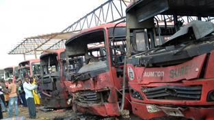 Sebevražedný atentátník naboural autem plným výbušnin do zaparkovaných autobusů