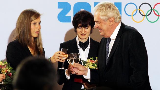 Eva Samková a Martina Sáblíková si přiťukávají s prezidentem
