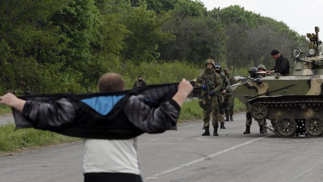 Civilista před ukrajinskými vojáky ve Slavjansku