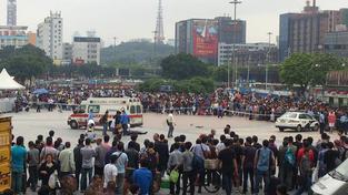 Záchranná služba zasahuje po útoku na nádraží ve městě Kuang-čou