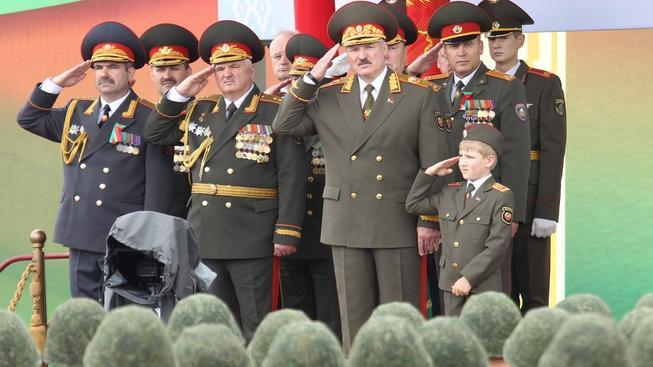 Alexandr Lukašenko a jeho syn na vojenské přehlídce