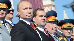 Ruský prezident Vladimir Putin a premiér Dmitrij Medveděv během oslav výročí konce 2. světové války na Rudén náměstí