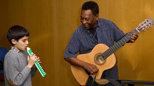Pelé umí docela obstojně na kytaru