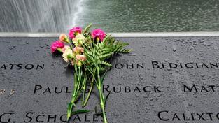 Květiny na památníku, který připomíná oběti 11. září.