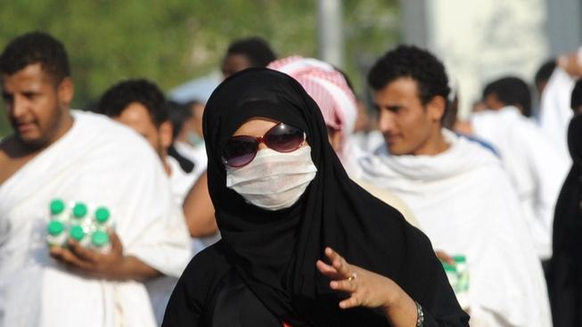 Muslimská poutnice s ochrannou rouškou proti viru MERS