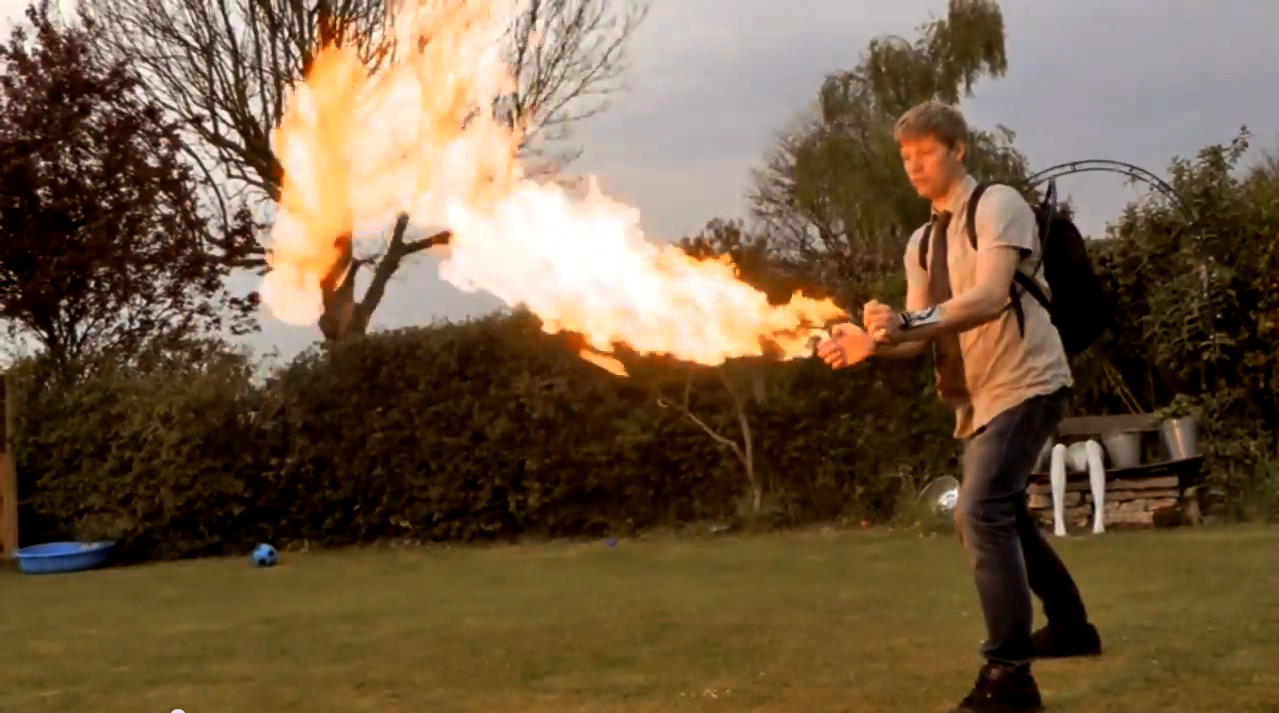 Tenhle týpek si vyrobil ultimátní backpack plamenomet!