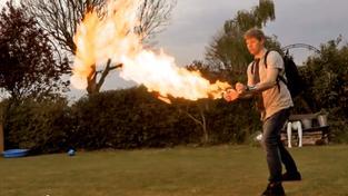 Colin Furze se svým ultimátním plamenometem