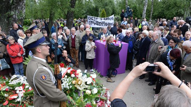 Polského komunistu Jaruzelského pohřbili s poctami. Lidé protestovali