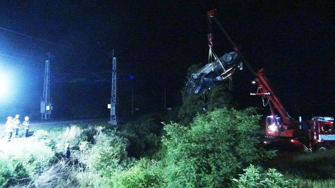 Zdemolované auto při srážce vlaku (ilustrační foto)