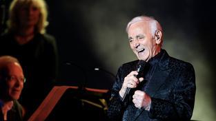 Aznavour během koncertu v Berlíně