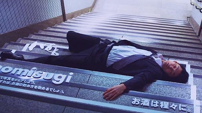 Spící opilci jako protialkoholická reklama. Japonci umí
