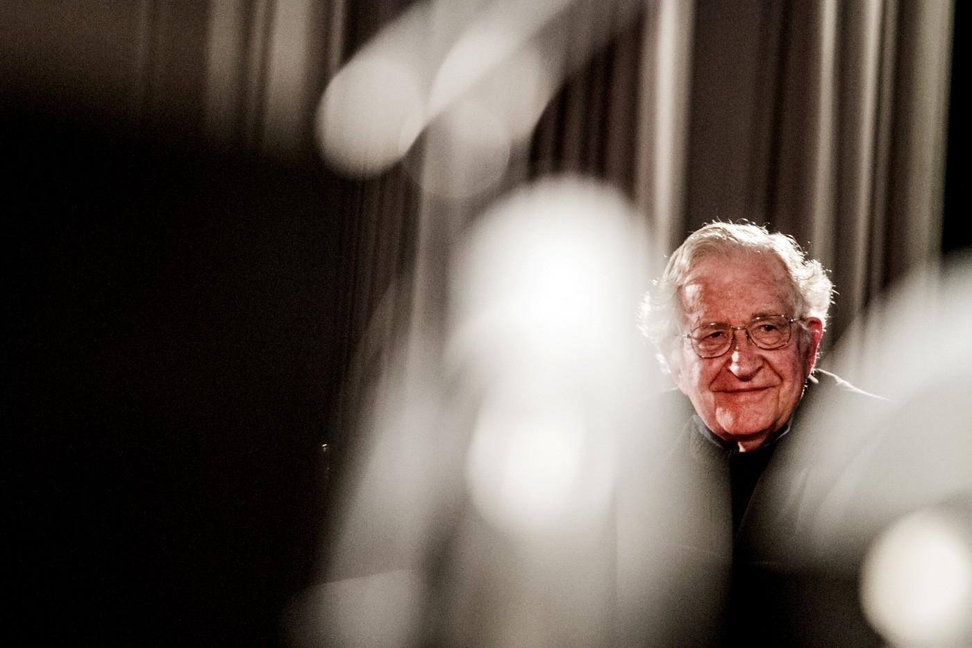 Proč je důležité míti Noama Chomskyho