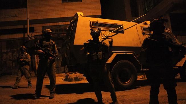 Izraelští vojáci drží hlídku na západě města Hebron