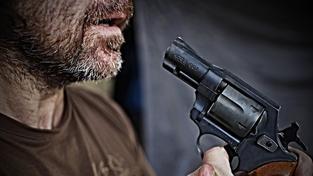 Muž ze Šumperska čistil na zahradě zbraň. Teď leží v nemocnici s prostřelenou tváří