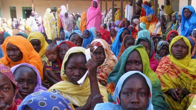 Uprchlíci před nemocnicí v súdánském Dárfúru