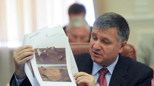 Arsen Avakov - Ukrajinský ministr vnitra s fotkami z vybuchlého plynovodu