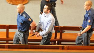 Michael Šváb, vůdce gangu, (uprostřed ve světlé košili) u soudu
