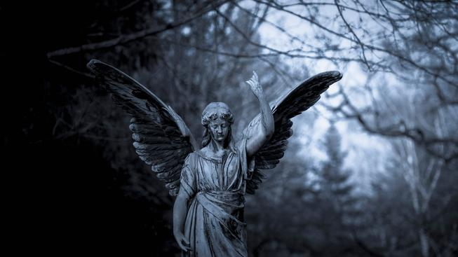 Socha na hřbitově