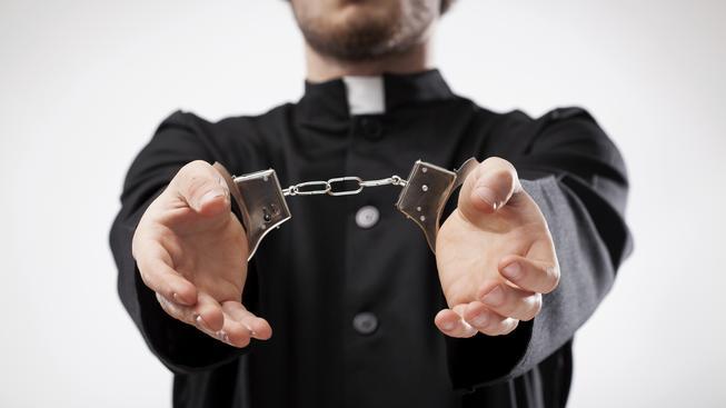 Kněží s želízky (ilustrační foto)