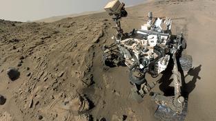 Autoportrét, takzvané selfie, které rover Curiosity pořídil k výročí svého prvního marťanského roku