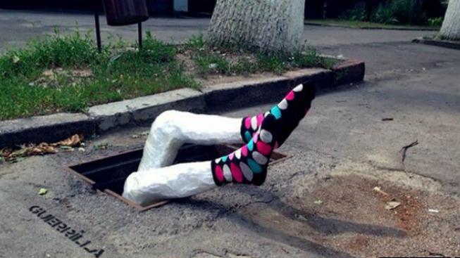 Nohy trčící z kanálu