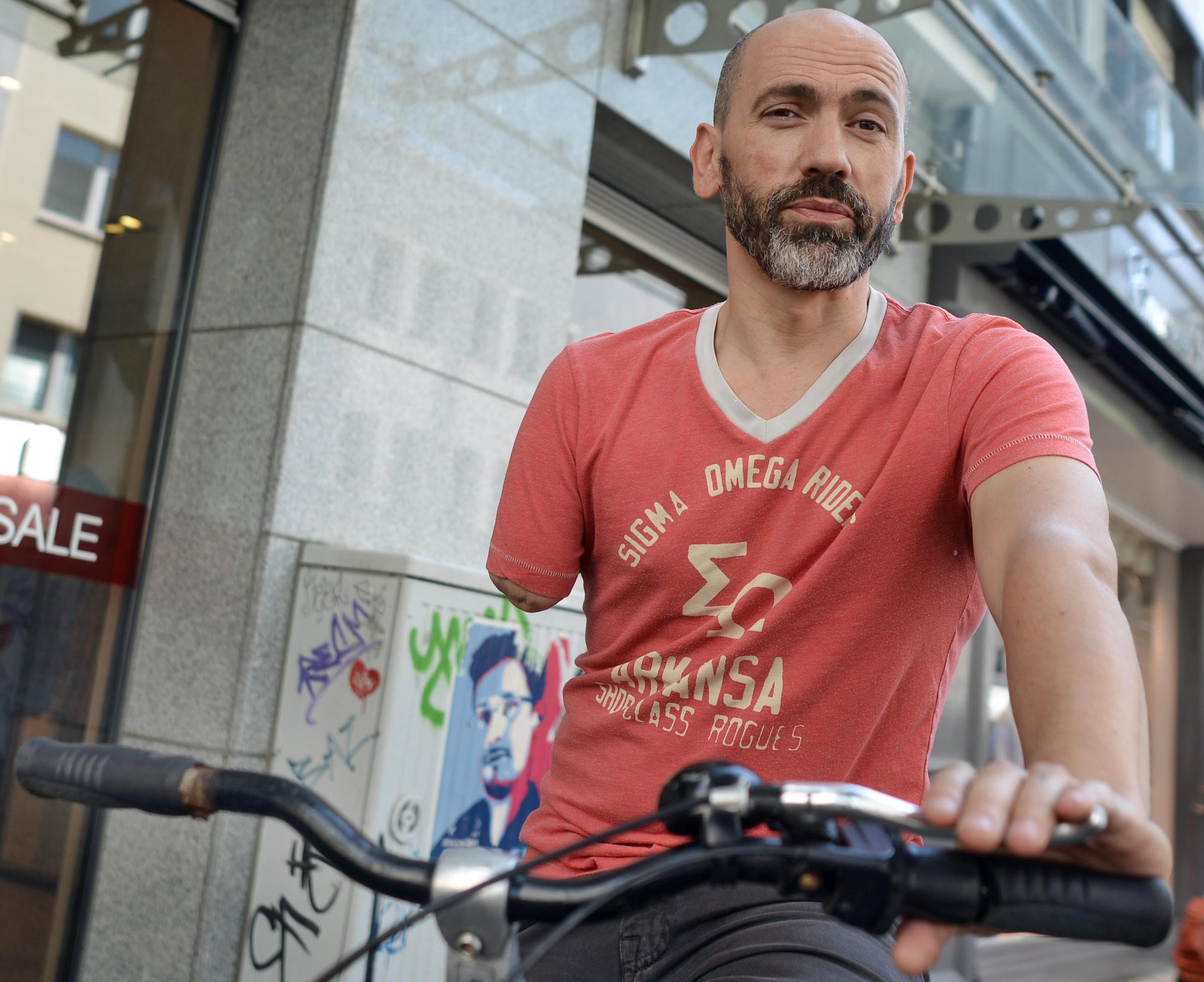 Jednorukého cyklistu pokutovali za to, že řídil jednou rukou