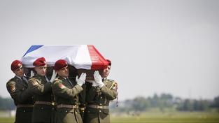 Rakev s ostatky českého vojáka