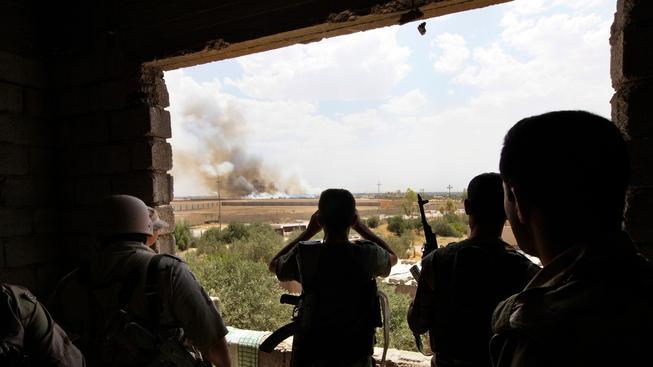 Kurdští vojáci pozorují islamisty poblíž Mosulu