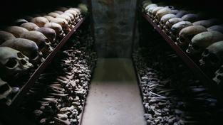 Tisíce kosti obětí ve Rwandě