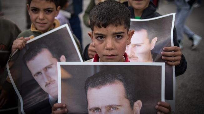 """Syrské děti s portréty """"milovaného vůdce"""" Bašára Asada během předvolební kampaně"""