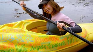 Japonská umělkyně v kajaku, který má tvar její vulvy