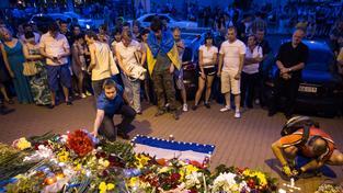 Lidé v Kyjevě se sešli před nizozemskou ambasádou  uctít památku obětí