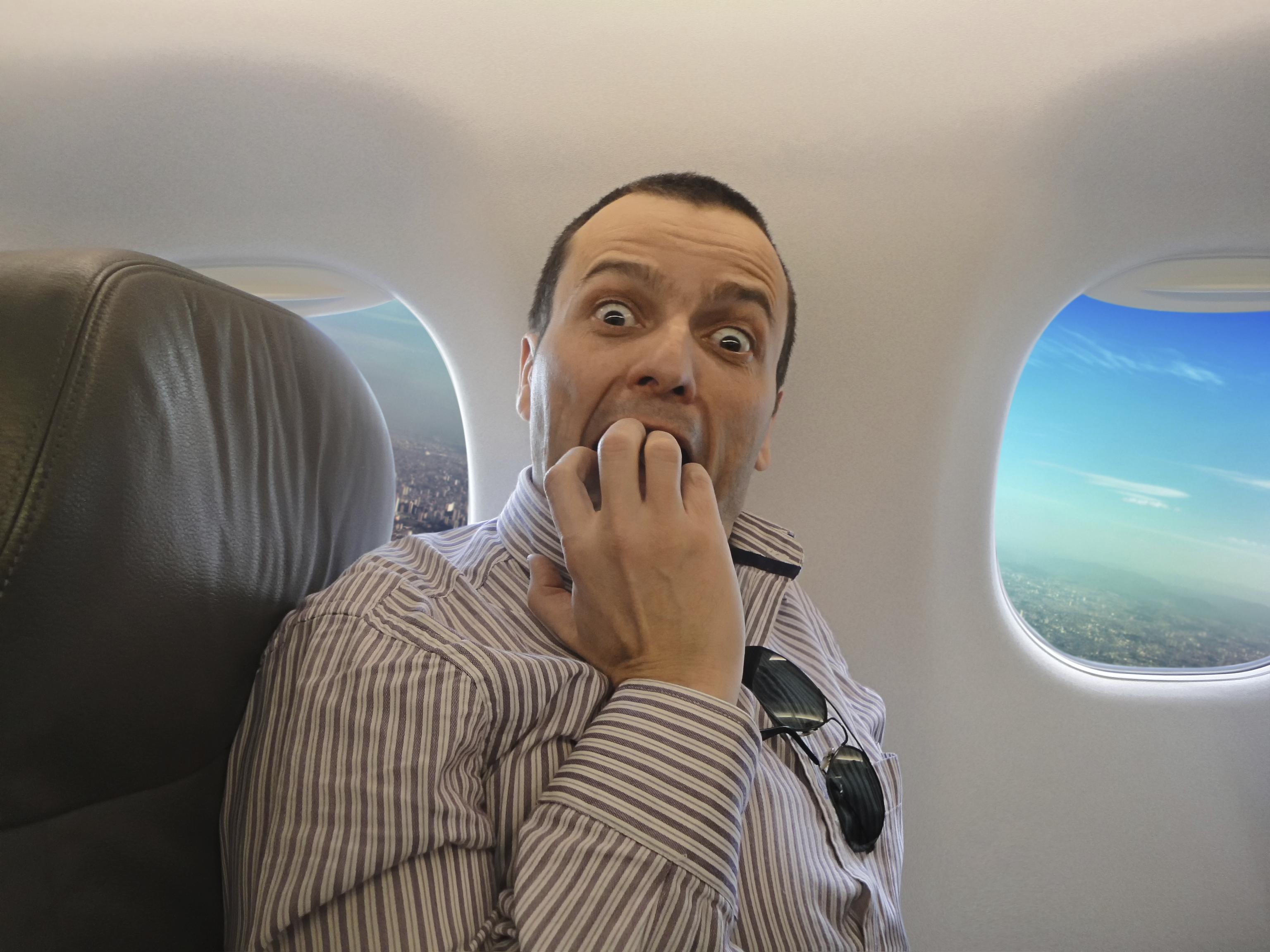 Opilý pasažér si v letadle spletl dveře na WC s východem ven