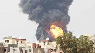 Masivní požár paliva v Tripolisu