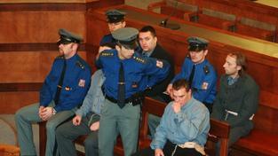 Berdychův gang (David Berdych sedí mezi policisty)